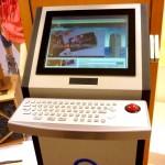 Информационный экран с клавиатурой и трекболом в торговом центре