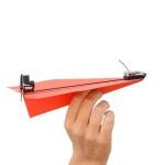 Бумажный самолет на пульте управления